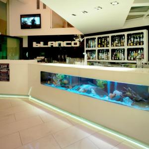 blanco-banco-bar-loune-bar-con-acquario
