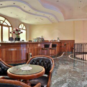 globus-city-hotel-best-western-arredo banco-bar