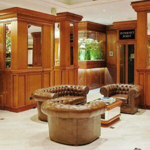grand-hotel-ritz-roma-hall-legno-classico-poltrone